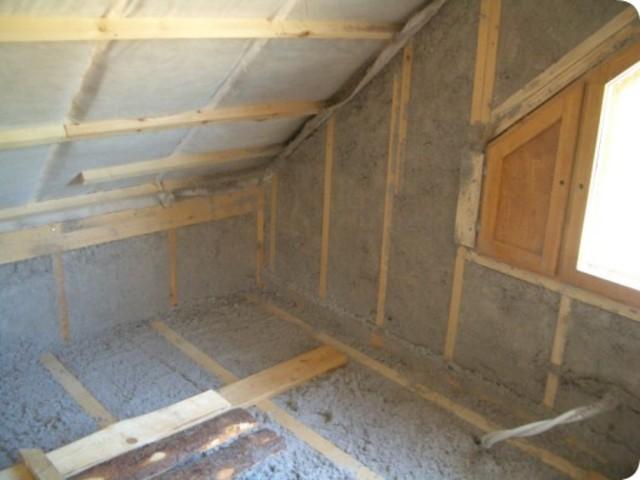 Утеплять следует не только стены и крышу, но и перекрытия тоже.