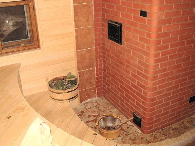 При хорошей внутренней отделке баня в доме дает те же ощущения, что и баня на отшибе