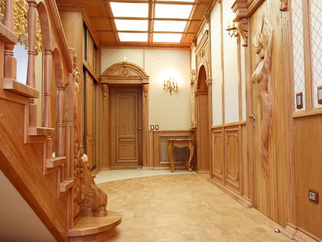 Интерьер прихожей в частном доме может быть простым и лаконичным, а может быть вычурным и гротескным.