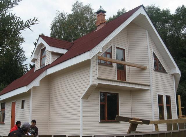 После утепления деревянный дом можно обшить сайдингом.