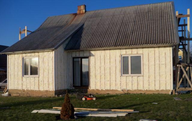 Чтобы деревянный дом удовлетворял всем требованиям современных норм по теплосбережению, его приходится утеплять - деваться некуда.