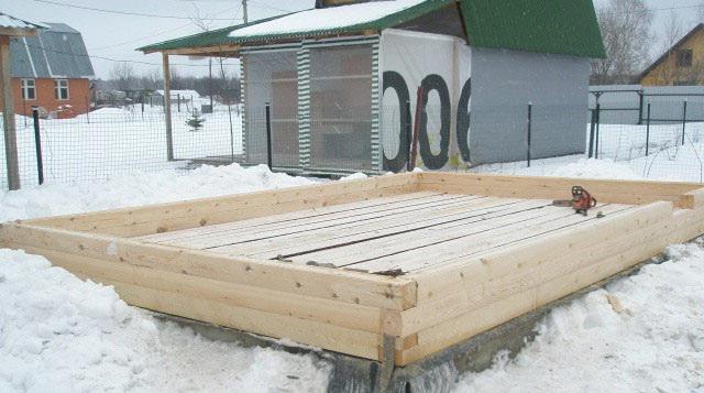 Вертикальный участок утепленного водопровода в баню доводится до утепленного пола бани.