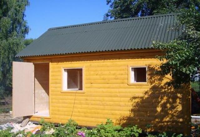 Снаружи можно обшивать такую баню любым материалом, например, блок-хаусом.