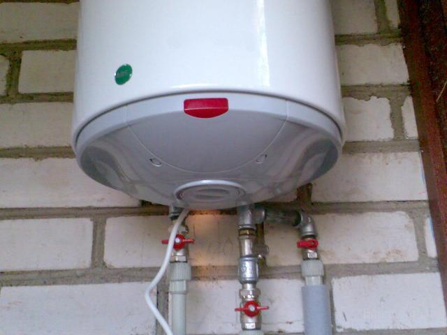 Если в доме нет мощного электричества, то ваш вариант  - накопительный водонагреватель.
