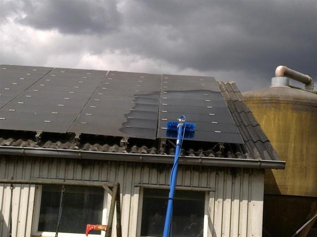 Солнечные батареи на крыше нужно также мыть.