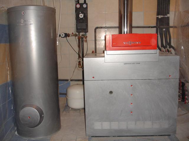 Бойлер косвенного нагрева готовит ГВС зимой, летом обычно для этого включают электрический накопительный водонагреватель.
