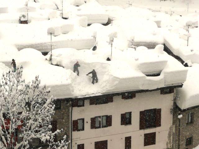 Снег на крышах высотных зданий - для города настоящее бедствие.