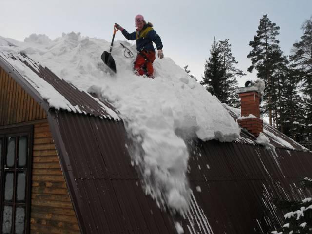 При очистке крыши от снега - страховка обязательна.