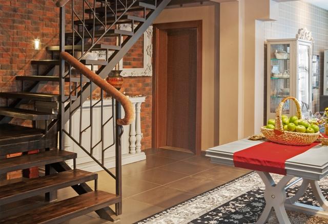 Поверх стальных перил лестницы на 2 этаж можно делать любые поручни, хоть из дерева, хоть из кожи.