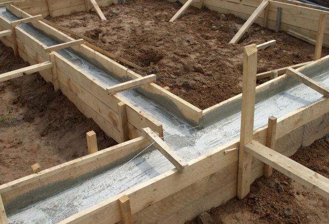 Фундамент одноэтажного дома потребует чуть больше бетона и больше арматуры в 1,5 раза.