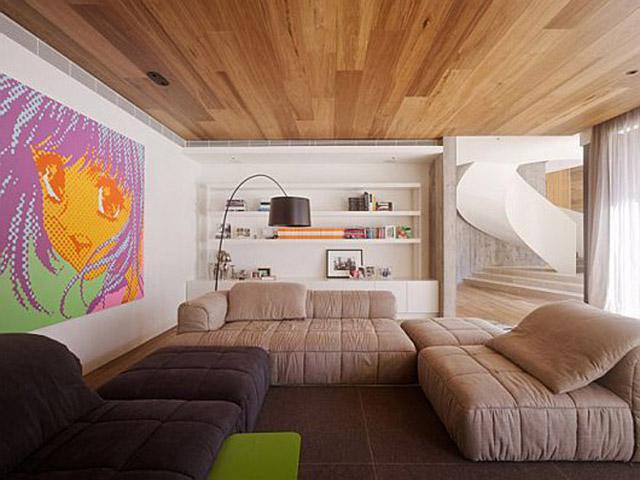 Вот такой потолок из недорогих пород дерева украсит любой частный дом.