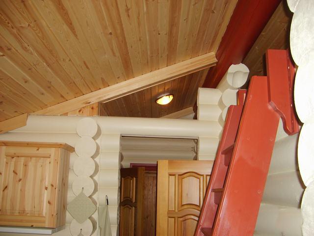 Русский стиль в интерьере и деревянные потолки как никогда актуальны.