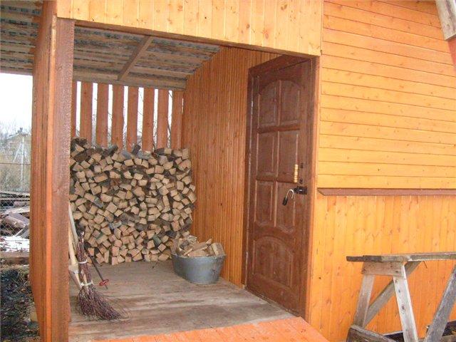 Можно ставить отдельный дровяной сарай, а можно сделать дровяное отделение в обычном сарае.