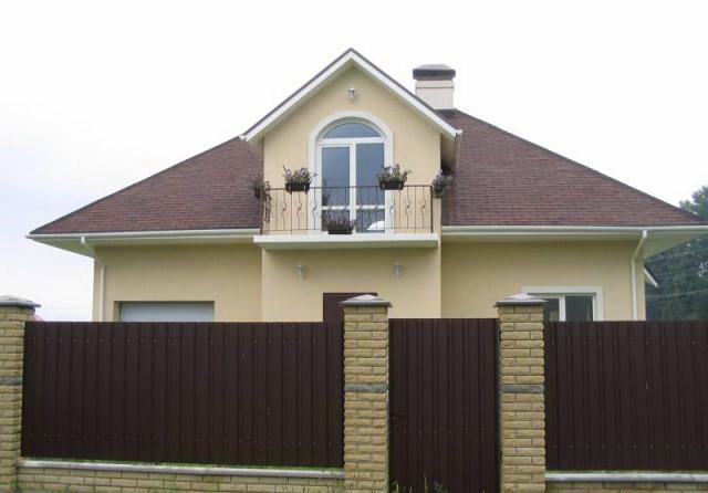 Какие столбы для забора выбрать - это зависит от материала панелей ограды.