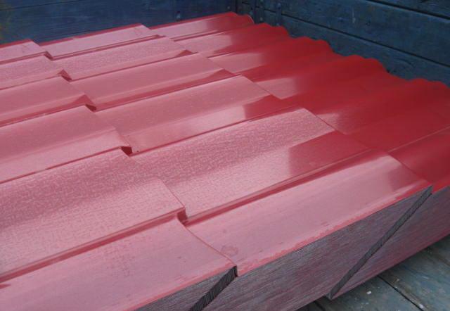 "На крышу каркасной бани пошла металлочерепица цвета ""рубин""."