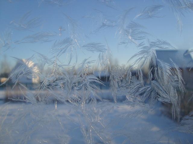 Когда за окном -30С, то поздно думать об утеплении окон снаружи, надо утеплять окна изнутри.