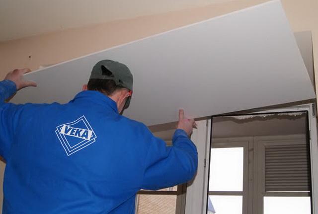 Листы ГКЛ для короба режут по размерам оконного проема и производят утепление откосов окон изнутри.