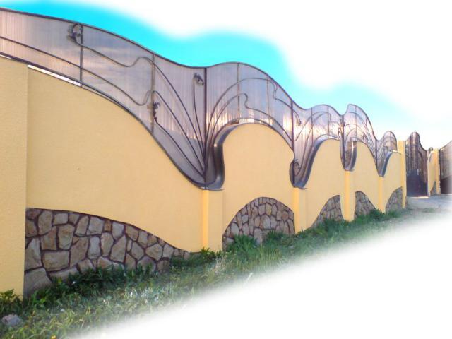 Вот когда поликарбонат в виде декора на бетонном заборе - тогда, по моему мнению, он на своем месте.