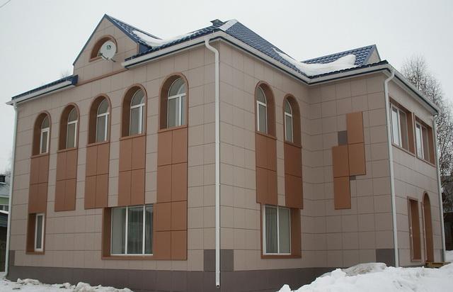 Фасад из керамогранита выглядит монументально.