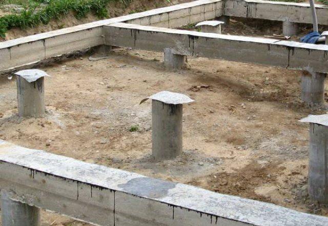 Бетонный ростверк можно ставить на стальных винтовых и на железобетонных сваях.