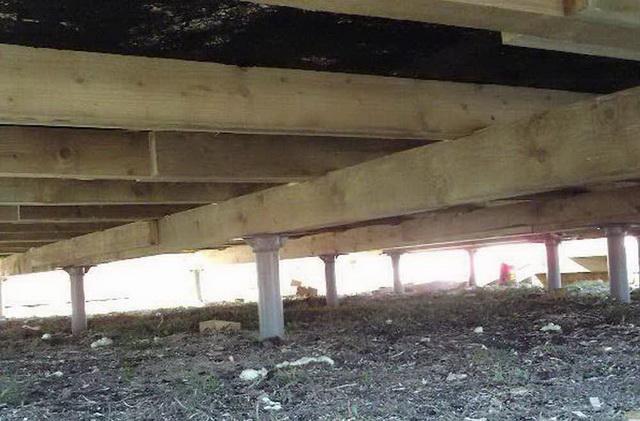Деревянный ростверк на свайном фундаменте - вид снизу.