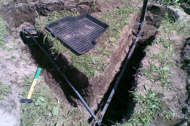 Под замкнутый контур заземления я копал канавы в виде треугольника.