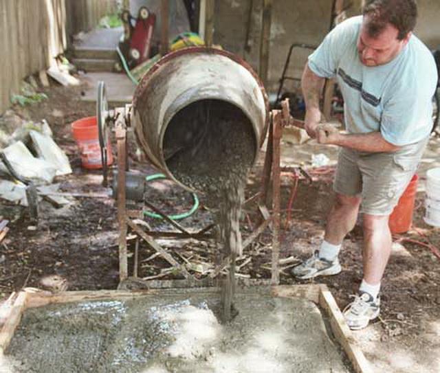 А вот когда требуется небольшой объем раствора, тогда бетономешалка - то, что нужно.