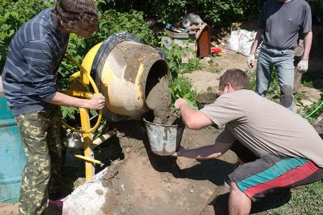 Таскать раствор для фундамента от бетономешалки ведрами или тачками - неблагодарное дело.