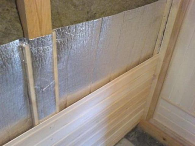На базальтовую вату при утеплении бани изнутри - фольгированную пароизоляцию.