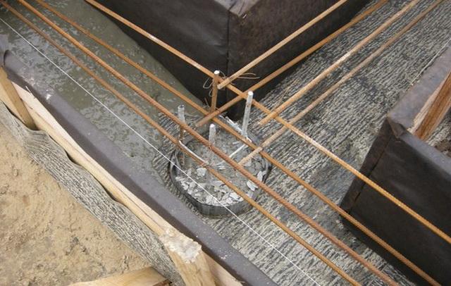 Если заливаете ростверк позже, чем сваи, то арматуру ростверка можно делать после заливки свай.
