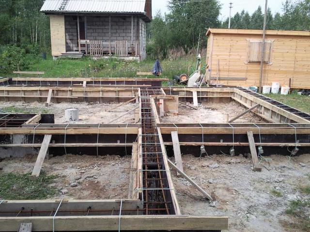 Опалубку для заливки ростверка бетоном можно скреплять несъемными шпильками из арматуры с резьбой.