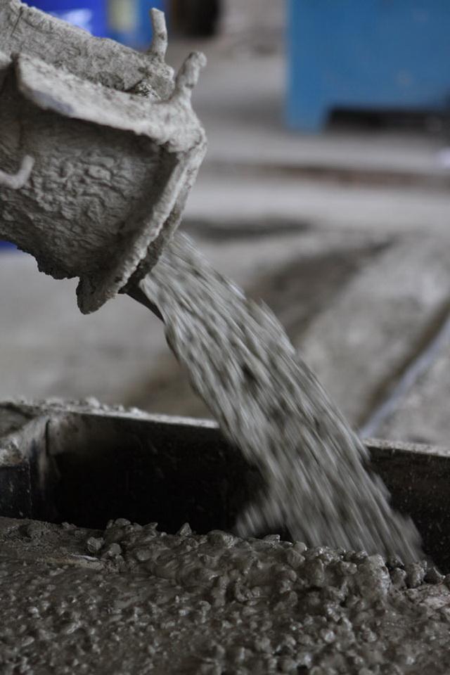 Бетононасос позволяет заливать каждую сваю по отдельности, выдавливая бетоном воду из скважины. Потом и ростверк заливается этим же бетононасосом.