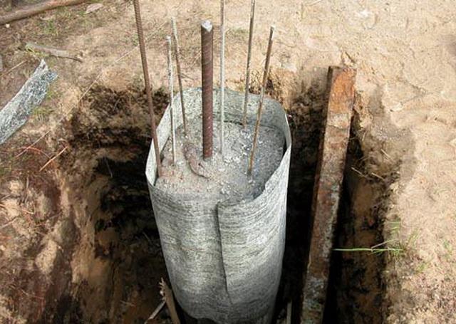 Некоторые товарищи используют для заливки бетона в сваи опалубку из рубероида.