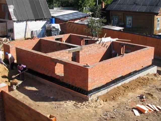 Ширина фундамента под цокольный этаж выбирается исходя из материала стен цоколя и дома.