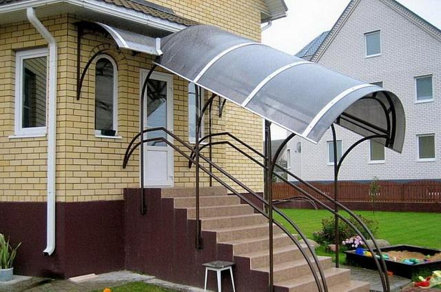 Как сделать крыльцо с навесом в частном доме – красивое и недорогое 4