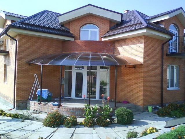 Красивый навес над крыльцом частного дома - фото, дизайн, цена установки 2