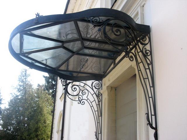 Красивый навес над крыльцом частного дома - фото, дизайн, цена установки 3