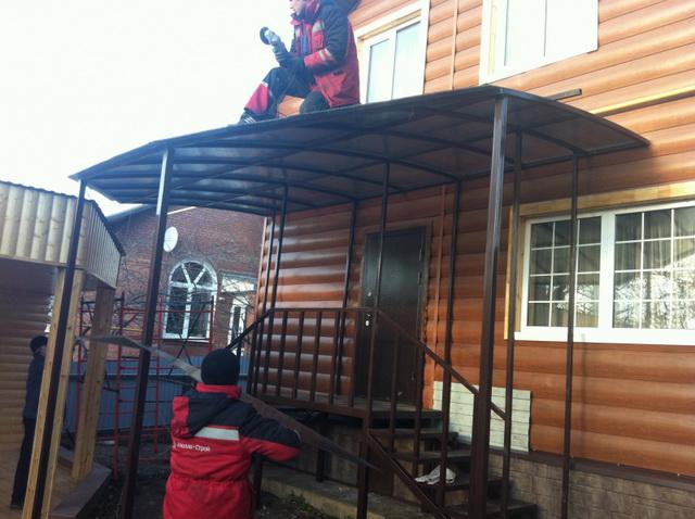 Навес над крыльцом дома из поликарбоната - цена, фото, варианты 3
