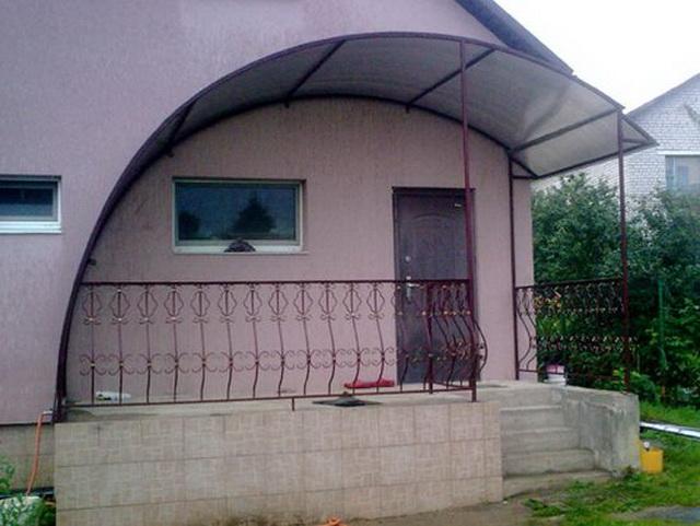 Простое крыльцо из поликарбоната в частном доме – фото и цена 2