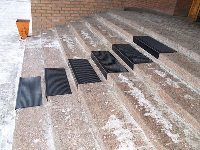 Резиновое противоскользящее покрытие на ступени крыльца дома 3