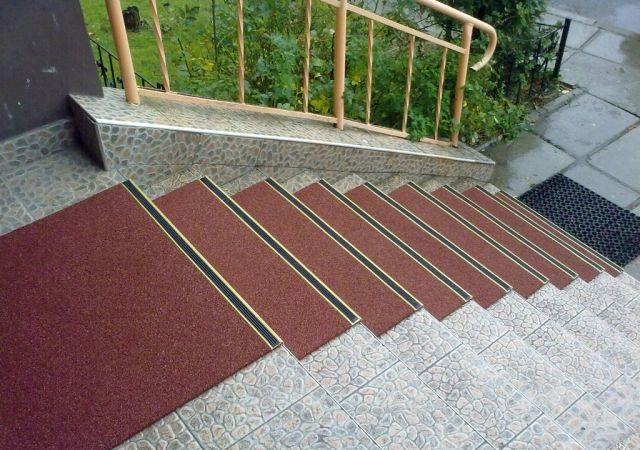 Резиновое противоскользящее покрытие на ступени крыльца дома 4