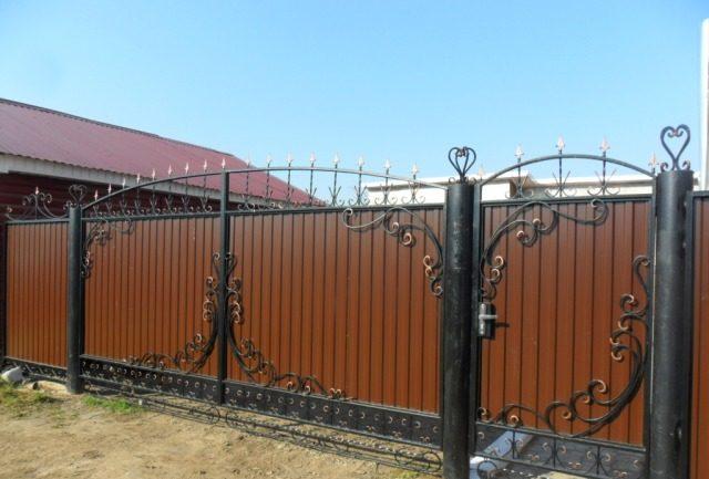 Ворота из профнастила с элементами ковки – фото и варианты 1