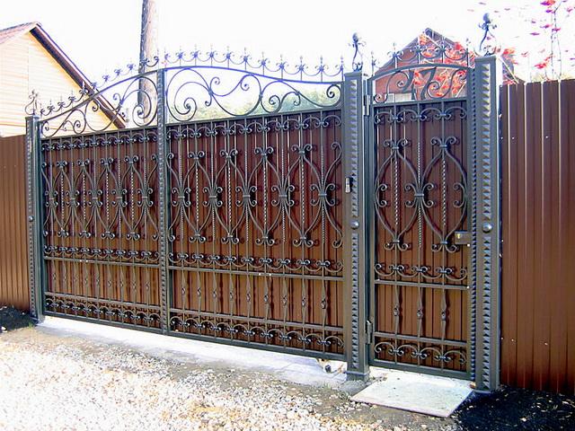 Ворота из профнастила с элементами ковки – фото и варианты 2