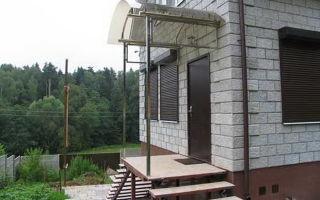 Крыльцо загородного дома с навесом — фото