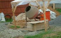 Мы готовим раствор для фундамента в бетономешалке