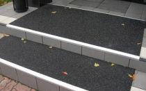 Резиновое противоскользящее покрытие на ступени крыльца дома