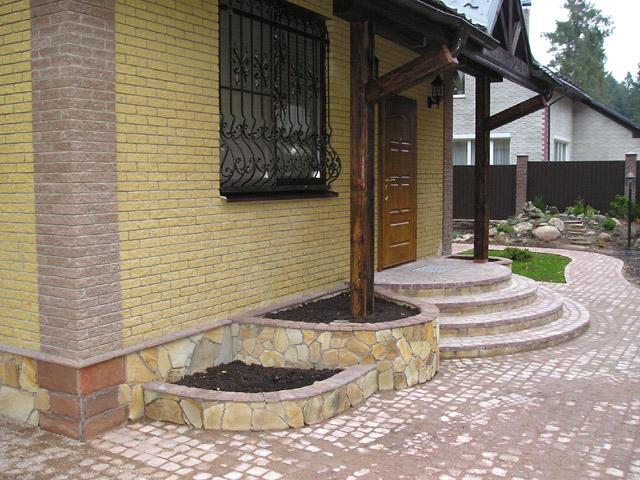 Крыльцо небольшого дома
