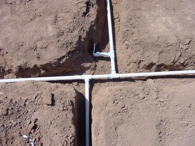 Так прокладывать трубы можно, только если вы делаете летний водопровод, из которого вода на зиму сливается