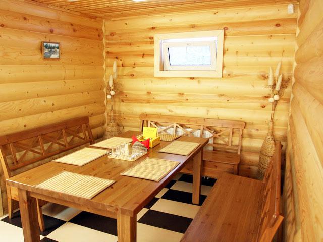 Деревянную мебель для комнаты отдыха выбирают самую простую