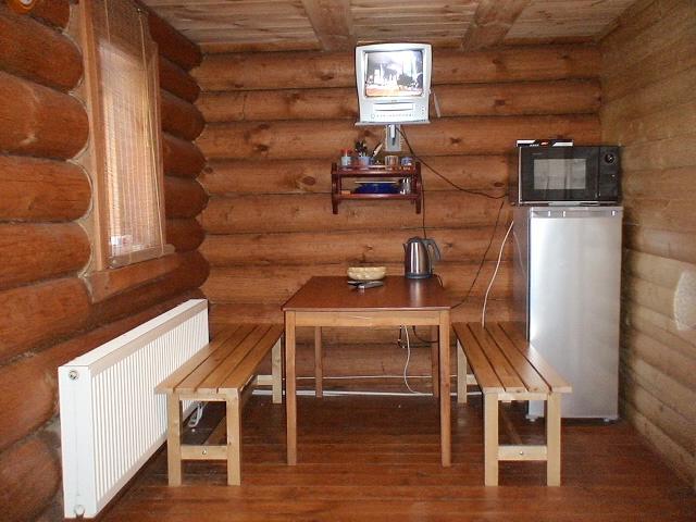 Холодильник, печь СВЧ и чайный набор - необходимые вещи в комнате отдыха